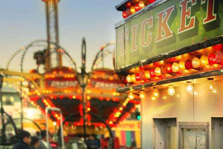 carnaval: Scène à un carnaval classique avec des manèges et de se concentrer sur le stand de billet avec un style rétro subtil Banque d'images