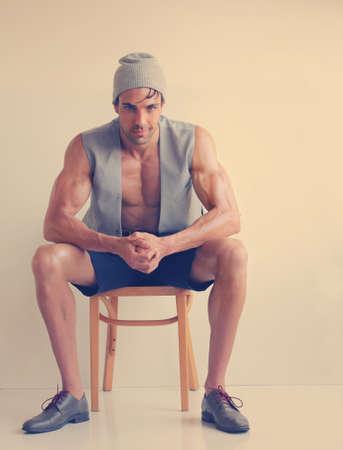 Portrait de mode stylisée d'un jeune beau modèle masculin dans des vêtements élégants avec tonification cru
