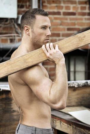 Macho sexy tenue torse nu le travail du bois