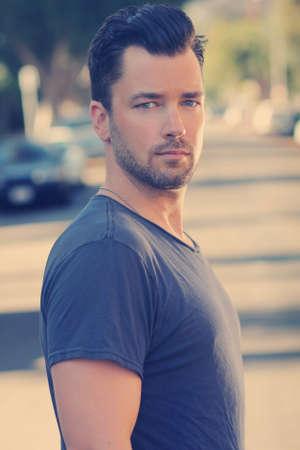 Portret van een jonge knappe man buiten