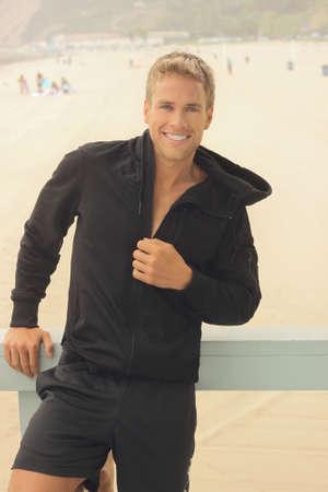 Bonne ajustement jeune homme sportif extérieur avec un beau sourire