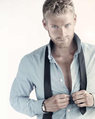 Portrait sexy d'un jeune homme d'affaires confiant