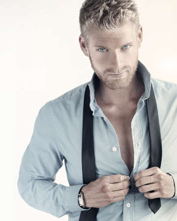 rubia ojos azules: Retrato atractivo de un joven hombre de negocios seguro