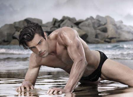 Beau modèle glamour mâle sur la plage exotique de mauvaise humeur Banque d'images - 26549373