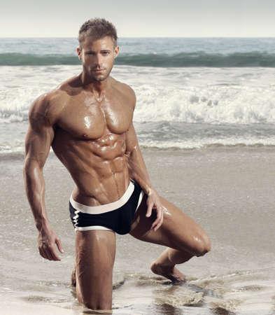 Mode portrait d'homme musclé de modèle de forme physique
