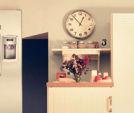 Intérieur de cuisine moderne avec des éléments de design mignon dans un virage cru subtil globale
