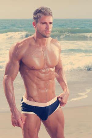 modelo desnuda: Sexy hombre guapo muy muscular en ropa interior en la playa