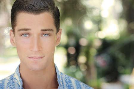 Close up portrait naturel d'un beau jeune homme confiant