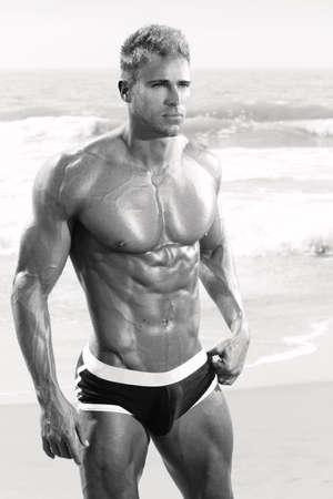 männer nackt: Sexy Muskel fit männlichen Modell in Badehose am Strand