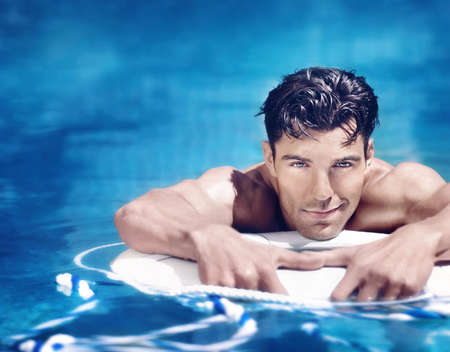 hombres guapos: joven muy guapo en la piscina Foto de archivo