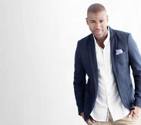 moda ropa: Hombre de confianza apuesto joven con estilo en el juego ocasional