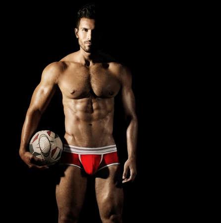 athlète musclé sexy en sous-vêtements avec le ballon