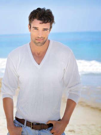 Casual modelo masculino bonito na praia relaxante