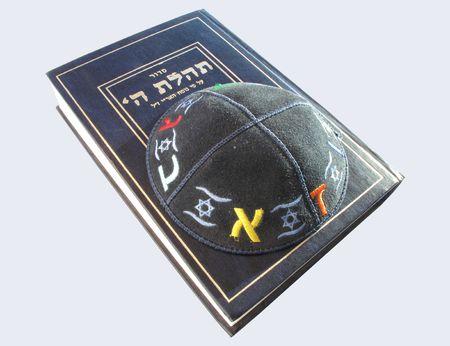 shabat: Libro de oraciones sidur-jud�a y yarmolka kippah-jud�a. Aislados en blanco.                            Foto de archivo