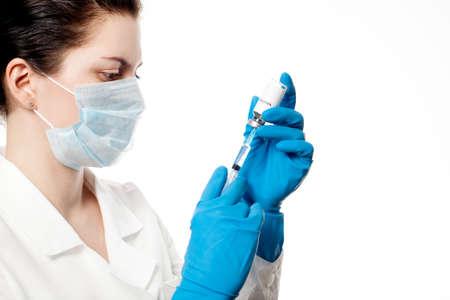 vacunación: Medic con la jeringuilla y de la cápsula con la vacuna. Vacunación. Influenza