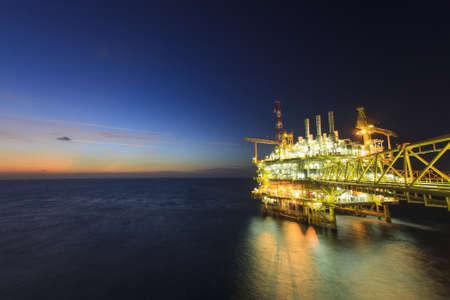 pozo petrolero: Plataforma de gas en el crepúsculo Foto de archivo