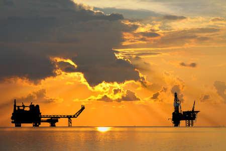Gas platform en Rig platform in zonsondergang of zonsopgang tijd