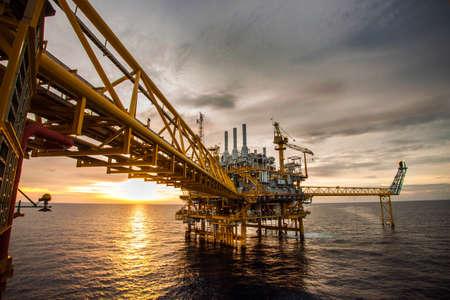torre de perforacion petrolera: plataforma de la plataforma petrolera en alta mar y Foto de archivo