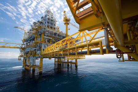 torre de perforacion petrolera: Plataforma de petr�leo y gas en alta mar en el mar