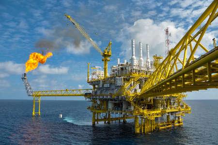 Plataforma de petróleo y gas con la quema de gas, la energía de alimentación Foto de archivo - 24042522