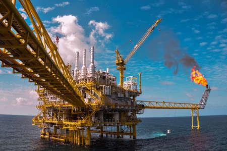 torre de perforacion petrolera: Plataforma de petr�leo y gas con la quema de gas, la energ�a de alimentaci�n