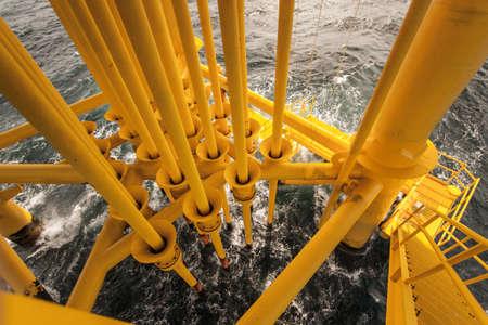 plataforma: De petr�leo y gas en Slots Plataforma Offshore - Industria de Petr�leo y Gas El mal tiempo en la plataforma de petr�leo y gas en alta mar Foto de archivo