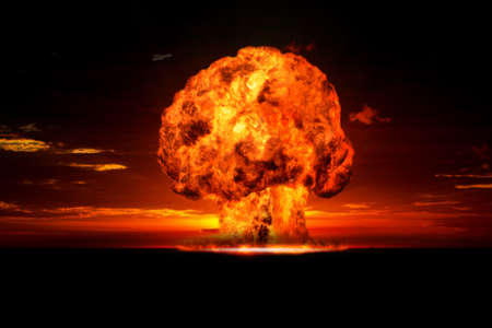 bomba atomica: Explosi�n nuclear en un escenario al aire libre del s�mbolo de la protecci�n del medio ambiente y los peligros de la energ�a nuclear Foto de archivo
