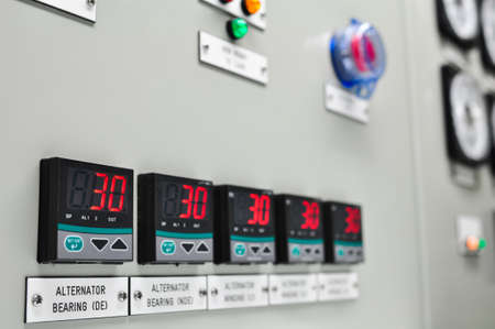 電気メーターのクローズ アップ、電気ユーティリティ メーター アパートの複雑なオフショア石油し、ガスを植える