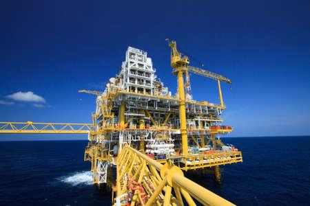 plataforma: Plataforma de petr�leo y gas en la industria offshore, Proceso de producci�n en la industria petrolera, la planta de construcci�n de la industria petrolera y de gas y el trabajo pesado