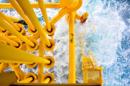 yacimiento petrolero: Petr�leo y Gas Productores de Slots en plataforma marina, la plataforma sobre la mala condici�n atmosf�rica., Industria del Petr�leo y Gas