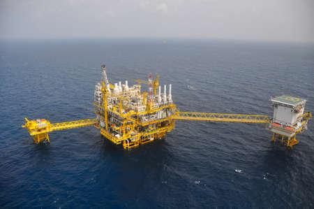 torres petroleras: Plataforma de petr�leo y gas en el Golfo o el mar, El mundial de energ�a, petr�leo y construcci�n de equipo de perforaci�n. Foto de archivo