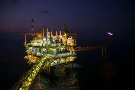 aceites: construcci�n de petr�leo y gas en opini�n de la noche. Vista desde helic�ptero noche. Plataforma de petr�leo y gas en alta mar Foto de archivo