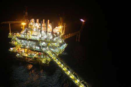 torres petroleras: construcci�n de petr�leo y gas en opini�n de la noche. Vista desde helic�ptero noche. Plataforma de petr�leo y gas en alta mar Foto de archivo