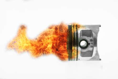 combustion du carburant sur le piston du moteur. Brûler la flamme du feu sur le piston du moteur.