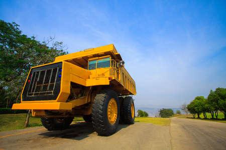 camion minero: Cami�n minero pesado en la m�a y la conducci�n a lo largo del cielo abierto. Foto de la gran cami�n de la mina, la carrera de cargas pesadas s�per coche.