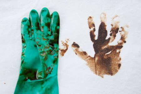 oil spill: olio fuoriuscita pulizia sulla zona di lavoro. pericolo per la natura.