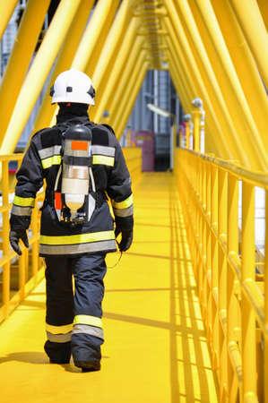 bombero de rojo: Combatiente de fuego en la industria de petr�leo y gas, bombero �xito en el trabajo