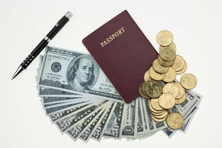 money pocket: Los billetes y pasaporte en el fondo blanco, dinero de bolsillo y prepararse para el viaje.