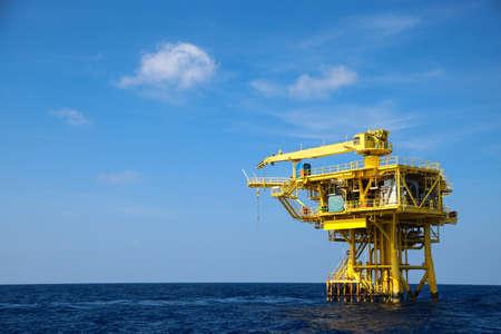 pozo petrolero: La industria petrolera y Rig en alta mar, la plataforma de construcción de la producción de petróleo y gas en el negocio de la energía, industria pesada y trabaja duro en el mar. Foto de archivo
