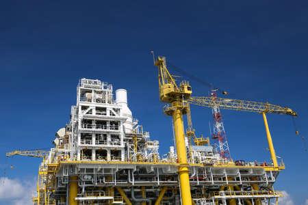torres petroleras: La producci�n de petr�leo y gas costa afuera y los negocios de exploraci�n. Aceite de producci�n y planta de gas y la plataforma principal de la construcci�n en el mar. Negocio de la energ�a. Foto de archivo