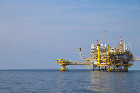 Offshore oil and gas production and exploration business. Production oil and gas plant and main construction platform in the sea. Energy business. Banque d'images