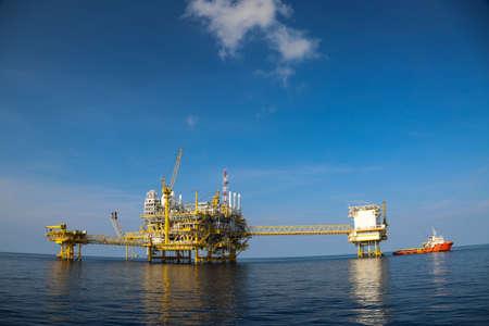 aceites: La producci�n de petr�leo y gas costa afuera y los negocios de exploraci�n. Aceite de producci�n y planta de gas y la plataforma principal de la construcci�n en el mar. Negocio de la energ�a. Foto de archivo