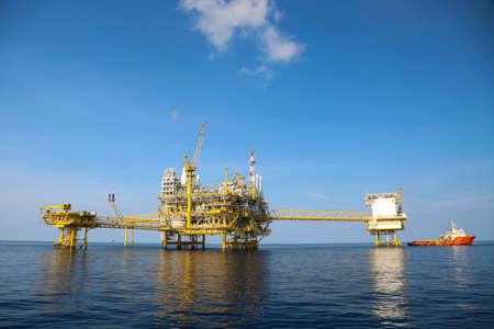 torres petroleras: La producción de petróleo y gas costa afuera y los negocios de exploración. Aceite de producción y planta de gas y la plataforma principal de la construcción en el mar. Negocio de la energía. Foto de archivo