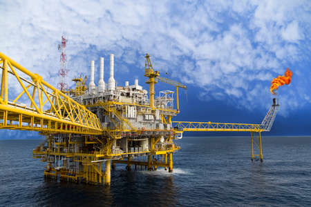 Olie en gas platform of Construction platform in de Golf of de zee, het productieproces voor de olie- en gasindustrie. Stockfoto