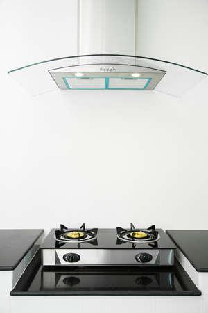 Cerca de la estufa de gas en la sala de cocina. Interior de la cocina moderna, interior del edificio.
