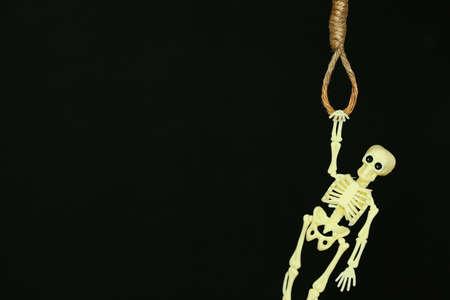 ahorcado: concepto de quiebra, soga cuerda con nudo de ahorcado colgando en frente, fondo de Halloween.