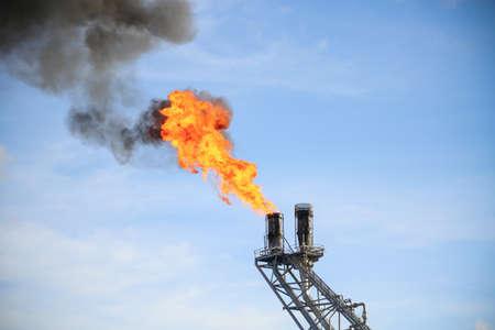 pozo petrolero: Plataforma de construcción en alta mar para la producción de petróleo y gas, la industria de petróleo y gas y el trabajo duro, la plataforma de producción y el proceso de la operación por la función manual y automático. Foto de archivo