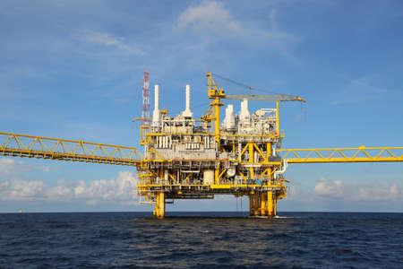 trabajando duro: Plataforma de construcci�n en alta mar para la producci�n de petr�leo y gas, la industria de petr�leo y gas y el trabajo duro, la plataforma de producci�n y el proceso de la operaci�n por la funci�n manual y autom�tico. Foto de archivo