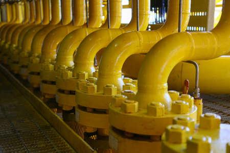constructions Pipelines sur la plate-forme de production, processus de production de l'industrie pétrolière et gazière, la ligne de tuyauterie sur la plate-forme.