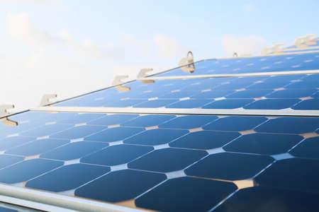 paneles solares: Reflejo del cielo en la célula solar o módulos fotovoltaicos Foto de archivo
